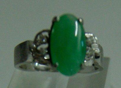 Bague en or gris, sertie d'un jade jadéite...