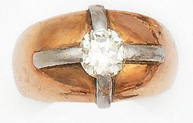 Bague en or jaune et or gris, orné d'un diamant...