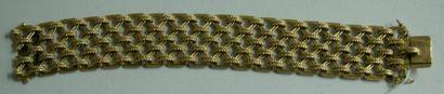 Bracelet large et articulé en or jaune ajouré...