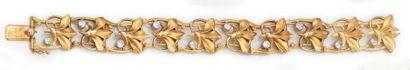 Bracelet articulé en or jaune ajouré et gravé...