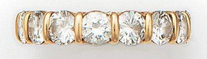 Alliance en or jaune, sertie de quinze diamants...