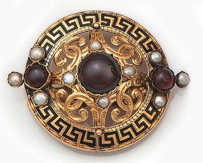 Broche ronde en or jaune ajouré, décorée...