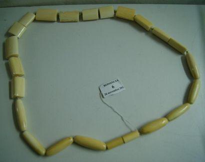 Collier en ivoire à motifs géométriques....