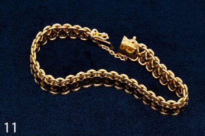 Bracelet en or jaune à décor de croisillons....