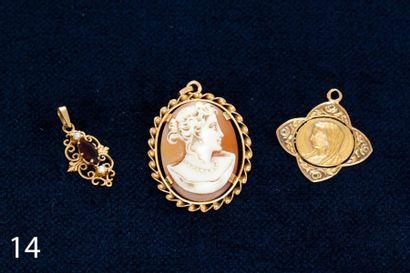 Lot de trois pendentifs en or jaune (l'un...