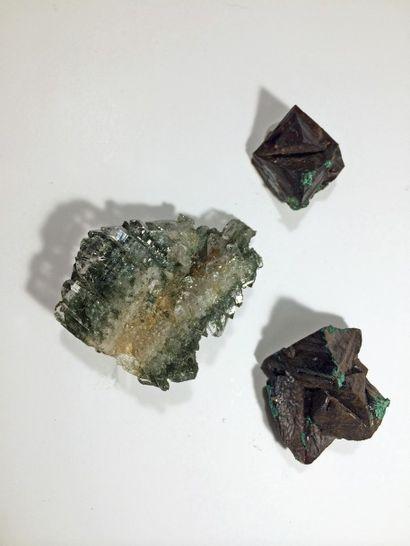 Lot de trois petits minéraux alpins: deux...