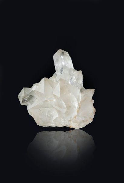QUARTZ: très élégant groupe de cristaux hyalins,...