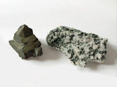 Lot de deux ADULAIRES alpins: un cristal...