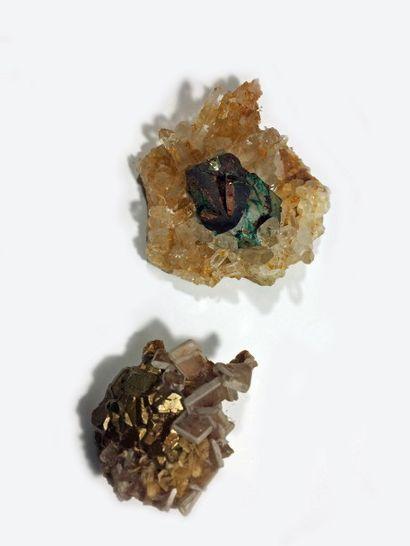 Lot de deux jolis minéraux: groupe de cristaux...