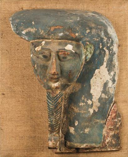 Masque de sarcophage représentant le visage...