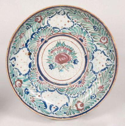 Plat creux en céramique, à décor polychrome...