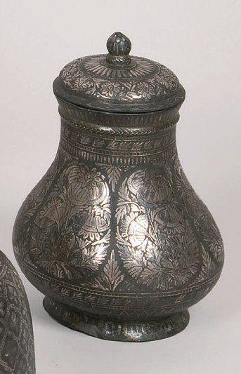 Vase piriforme à couvercle muni d'une prise...