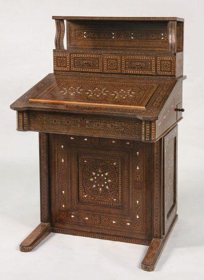 Important bureau en marqueterie de bois et...