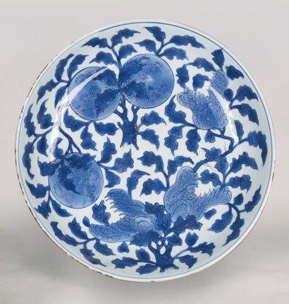 Plat en porcelaine bleu et blanc, à décor...
