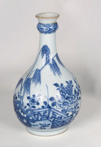 Vase bouteille en porcelaine décorée en bleu...