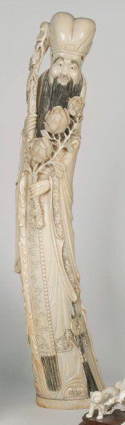 Sujet en ivoire représentant un sage debout,...