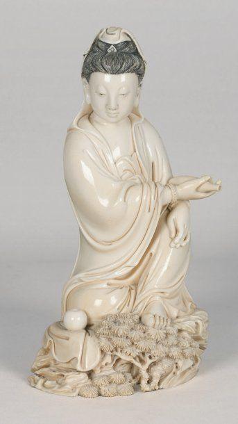 Beau sujet en ivoire, représentant la déesse...