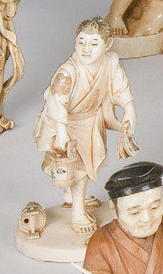 Okimono en ivoire représentant un jeune homme...