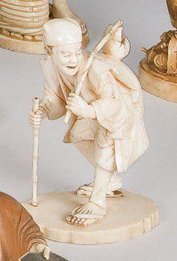 Okimono en ivoire représentant un personnage...