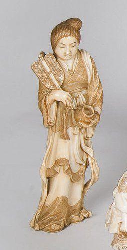 Okimono en ivoire, figurant une jeune femme...