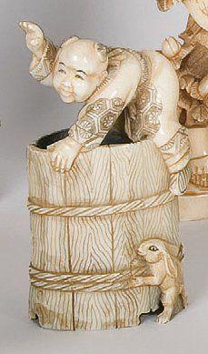 Okimono en ivoire représentant un enfant...