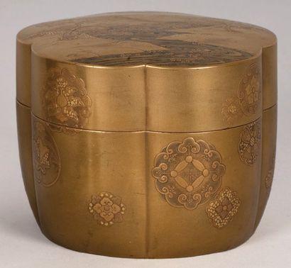 Boîte polylobée en laque or, à décor de rivière...