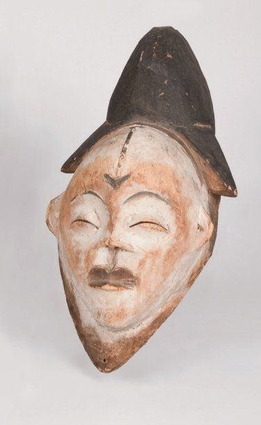 Masque féminin à l'expression recueillie....