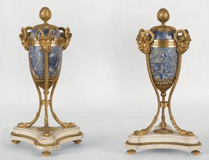 Paire de grandes cassolettes ovoïdes en lapis-lazuli,...
