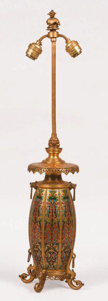 Lampe en bronze doré, le fût ovoïde et côtelé...