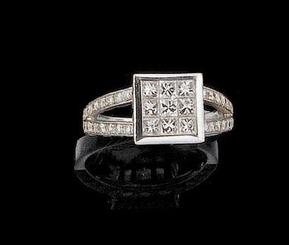 Bague en or gris ornée de neuf diamants taille...