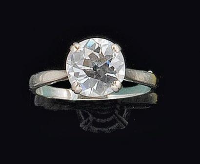Bague en or gris sertie d?un diamant taillé...