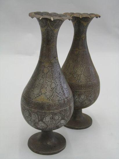 Deux vases a col en corolle et panse piriforme...
