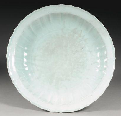 Plat de forme lobee en porcelaine emaillee...