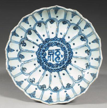 Coupe en forme de lotus en porcelaine blanche...