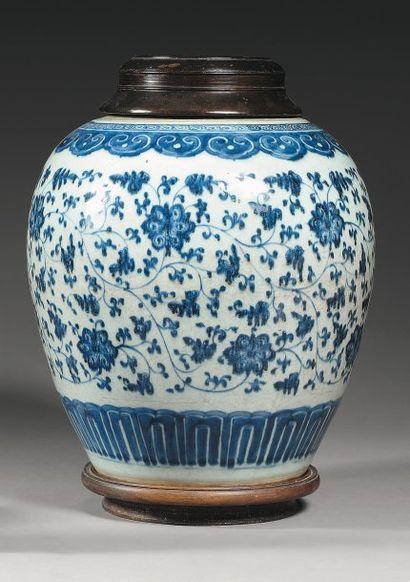 Pot de forme ovoide en porcelaine blanche...