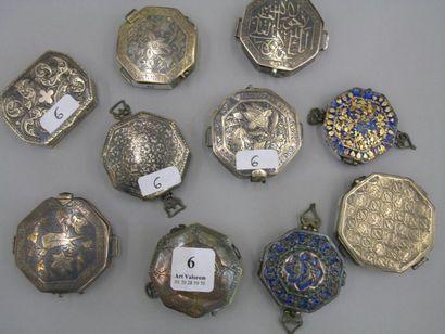 Dix petites boîtes ou porte-talismans octogonaux,...