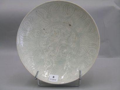 Assiette en ceramique siliceuse a decor incise...