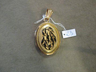 Médaillon ovale porte-souvenir en or jaune...