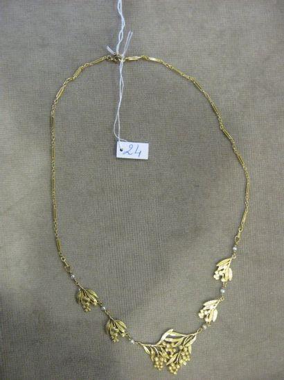 Collier en or jaune à décor de branches de...