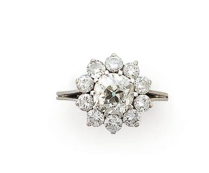 Bague en or gris sertie d'un diamant taillé...