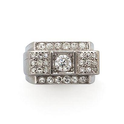 Bague en or gris centrée d'un diamant demi...