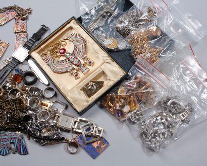 Un fort lot de bijoux fantaisie composé de montres, bracelets, gourmettes, boutons...