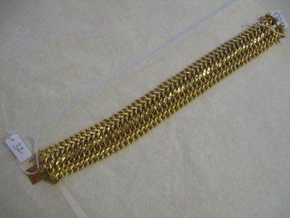 Bracelet en or jaune formé d'une maille gourmette....