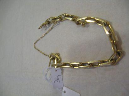 Bracelet en or jaune formé d'une maille forçat....