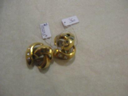 Paire de clips d'oreilles en or jaune sertis...