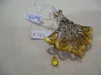 Broche en or jaune et or gris à motif d'une...