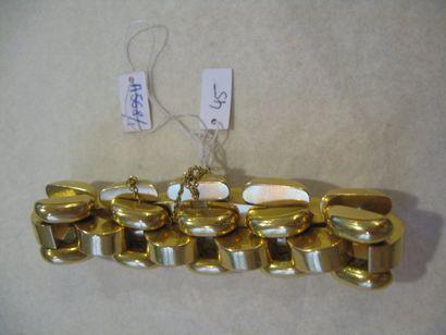 Bracelet en or jaune formé de maillons tank....