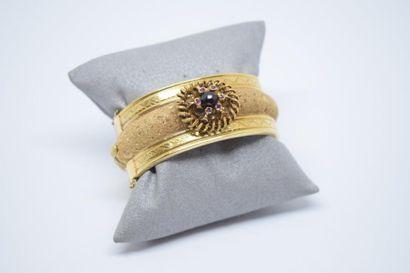 Bracelet large rigide ouvrant en or jaune...