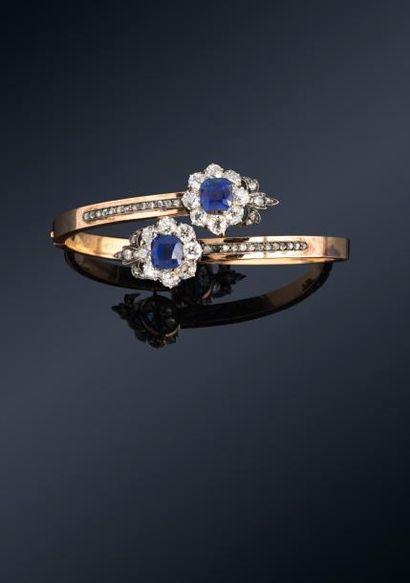 Bracelet à deux têtes croisées en or jaune 18K (750) et argent, serti de deux saphirs...