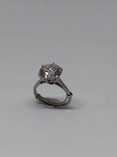 Bague en or gris 18k (750) et platine sertie d'un diamant brillant de taille moderne...